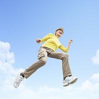 ジャンプをするシニア日本人女性