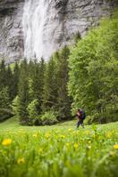ハイキングする男性