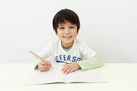 勉強する6歳の日本人の男の子