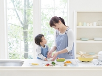 キッチンでお弁当を作る日本人親子