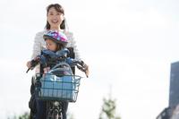 子供を連れて出勤する日本人女性