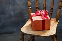 椅子に置かれたプレゼント