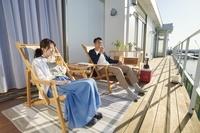 テラスでくつろぐ日本人夫婦