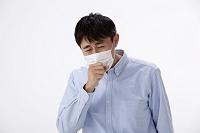 マスクをして咳込む日本人男性