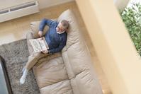 ソファーでくつろぐ年配の日本人男性