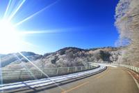 長野県 長和町 美ヶ原 落合大橋と南西方向の霧氷の樹林と太陽...