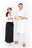 笑顔の寿司職人とパティシエ
