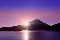 山梨県 朝の本栖湖と富士山