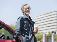 コーヒーのカップを持つシニアの日本人男性