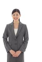 スーツを着た若い日本人女性