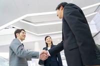 握手をする日本人ビジネスパーソン