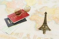 旅行イメージ パスポートとエッフェル塔の模型