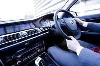 乗用車を運転する男性の手
