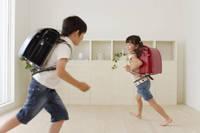 ランドセルを背負って走り回るハーフの男の子と女の子