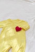 ベビー服とハートのイメージ