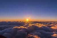 富士山頂から見るご来光と雲海