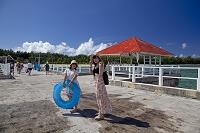 グアム ココス島の船着場と女性達