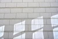太陽の光と影と石の壁