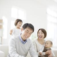 父親の肩をたたく娘と笑顔の日本人家族