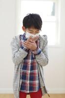 マスクをして咳をする小学生