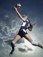 ジャンプするバレーボール女子選手