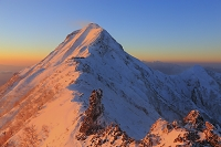 長野県 赤岳主稜線より望む朝日に染まる赤岳と中岳