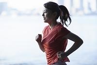 ジョギングをする日本人女性