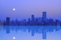東京都 夕刻のビル群と月