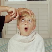 髪をカットしてもらう男の子
