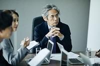 ミーティングをする日本人エグゼクティブ