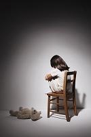 テディベアと椅子に座る女の子