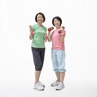 ダンベルを持つミドル日本人女性