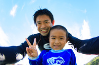 海で遊ぶ日本人親子