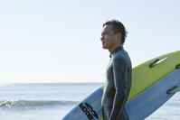 サーフィンをする日本人男性