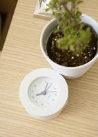 サイドテーブルの上の置時計