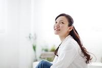 窓辺に座っている日本人女性