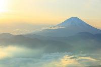 山梨県 夜明けの富士山と雲海の山並み