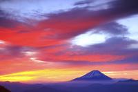 山梨県 丸山林道から望む朝焼けの空と富士山