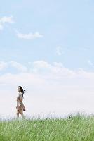 草原にいる女性