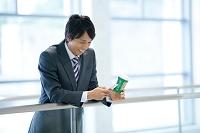 スマートフォンを操作する日本人ビジネスマン
