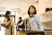 買い物を楽しむ女性