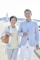 腕を組む日本人シニア夫婦