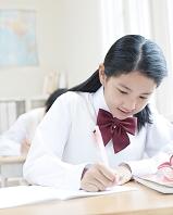 勉強する日本人女子学生