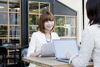 カフェで仕事をする日本人女性達