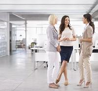 立ち話をする外国人ビジネス女性たち