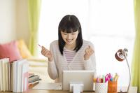 タブレットPCで勉強する日本人の女の子
