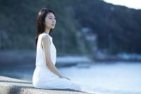 土手に座る日本人女性