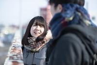 歩道橋で談笑をする女子高生