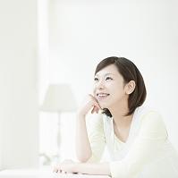 頬杖をついて座る日本人女性