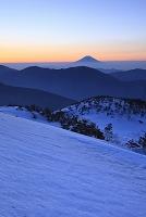 静岡県 春雪の茶臼岳から望む夜明けの富士山